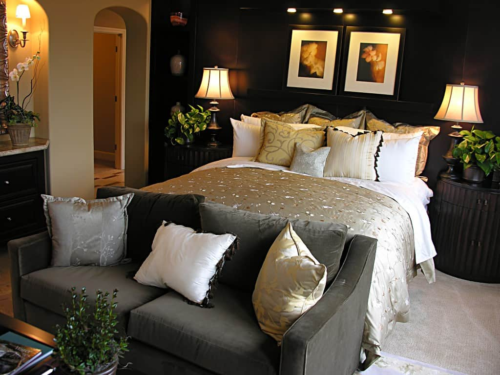 Decorating a master bedroom for you for Romantic master bedroom designs